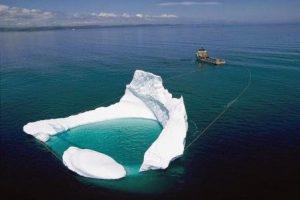 Дрейфующие айсберги у нефтяных платформ