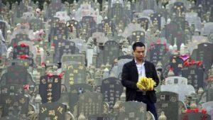 В Китае на похороны случается иногда нанимают стриптизёрш