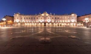 Площадь Капитолия в Тулузе и Окситанский крест