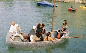 Может ли плавать по воде каменная лодка?
