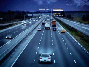 Яркие дорожные разметки, освещающие шоссе ночью
